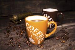 Tasse de café avec des grains de café Image stock