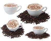 Tasse de café avec des grains de café d'isolement sur le blanc Images stock