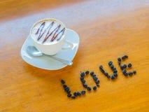 Tasse de café avec des haricots Photographie stock libre de droits