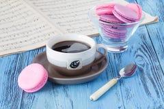 Tasse de café avec des macarons et des notes musicales à l'arrière-plan images stock