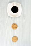 Tasse de café avec deux biscuits de farine d'avoine Images stock
