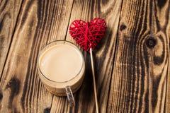 tasse de café avec du lait et le coeur fait main Photos stock