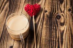 tasse de café avec du lait et le coeur fait main Photo stock