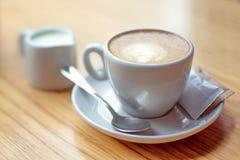 Tasse de café avec du lait et le sucre sur la table en bois photographie stock libre de droits