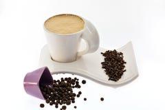 Tasse de café avec du lait sur de belles graines et épices d'un grain de support Photo stock