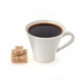 Tasse de café avec du sucre de cube d'isolement sur le blanc Photos stock