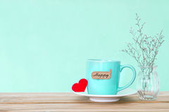 Tasse de tasse de café avec l'étiquette heureuse de mot de shapeand rouge de coeur sur en bois Photos libres de droits