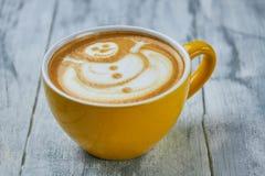 Tasse de café avec l'art de bonhomme de neige photographie stock libre de droits