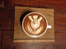 Tasse de café avec l'art de latte photos stock