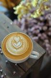 Tasse de café avec l'art de latte image stock