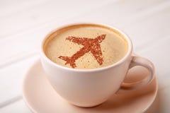 Tasse de café avec l'avion sur le café de matin de mousse Photos stock