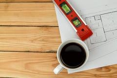Tasse de café avec l'outil de mesure et le modèle, concept architectural images libres de droits
