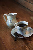 Tasse de café avec la cuillère de chocolat Images stock