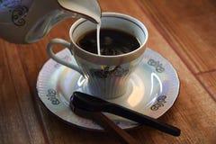 Tasse de café avec la cuillère de chocolat Photo stock