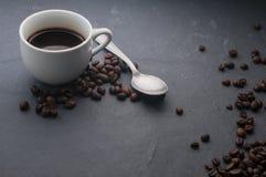 Tasse de café avec la cuillère et les grains de café Image stock