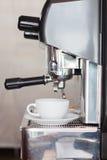 Tasse de café avec la machine d'expresso Photo libre de droits