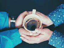 tasse de café avec la main de morther et de fils Images libres de droits