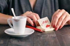 Tasse de café avec la marque de rouge à lèvres et une note photos libres de droits