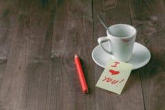 Tasse de café avec la marque rouge de rouge à lèvres Photos libres de droits