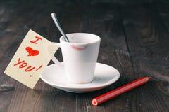 Tasse de café avec la marque rouge de rouge à lèvres Photographie stock