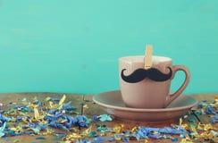 Tasse de café avec la moustache Father& x27 ; concept de jour de s Photographie stock