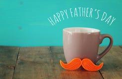 Tasse de café avec la moustache rouge Father& x27 ; concept de jour de s Photos libres de droits
