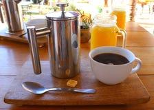 Tasse de café avec la presse française argentée photographie stock