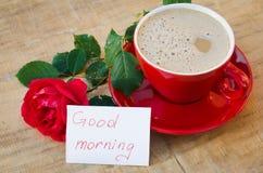 Tasse de café avec la rose de rouge et bonjour de notes Images stock