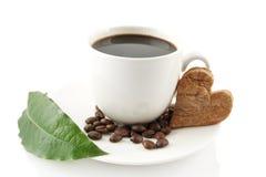 Tasse de café avec la soucoupe avec la feuille sur le blanc Photographie stock libre de droits