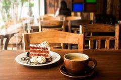 Tasse de café avec la tranche de gâteau Photographie stock
