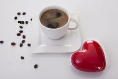 Tasse de café avec la vue à angles de grains de café de coeur et Photographie stock libre de droits