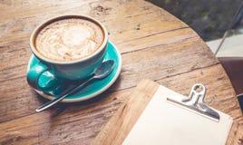 Tasse de café avec la vue supérieure de latte sur la table en bois Photos libres de droits