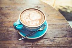 Tasse de café avec la vue supérieure de latte sur la table/vintage en bois Photos stock