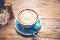 Tasse de café avec la vue supérieure de latte sur la table/vintage en bois Image libre de droits