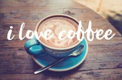 Tasse de café avec la vue supérieure de latte sur la table/vintage en bois Photos libres de droits