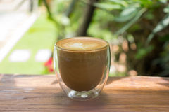 Tasse de café avec le bel art de latte images stock