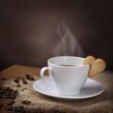 Tasse de café avec le biscuit Photographie stock