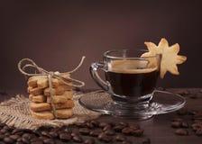 Tasse de café avec le biscuit Photos libres de droits
