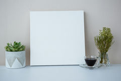 Tasse de café avec le cadre de tableau vide Photographie stock libre de droits