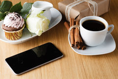 Tasse de café avec le carnet et le téléphone portable Photos stock