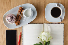 Tasse de café avec le carnet et le téléphone portable Photos libres de droits