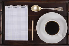 Tasse de café avec le carnet sur un plateau Concept de mode de vie Fermez-vous, vue supérieure Photographie stock libre de droits