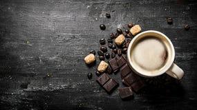 Tasse de café avec le chocolat amer et le sucre roux de noir Photos stock