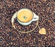 Tasse de café avec le coeur de papier Concept d'amour Cru modifié la tonalité Photos stock
