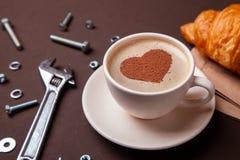 Tasse de café avec le coeur sur la mousse J'aime à la pause-café avec le croissant Photographie stock libre de droits
