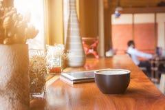 Tasse de café avec le comprimé photo stock
