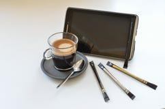 Tasse de café avec le comprimé II Photographie stock libre de droits