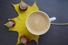 Tasse de café avec le congé jaune Photo stock