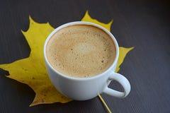 Tasse de café avec le congé jaune Photographie stock libre de droits