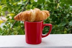 Tasse de café avec le croissant Photographie stock